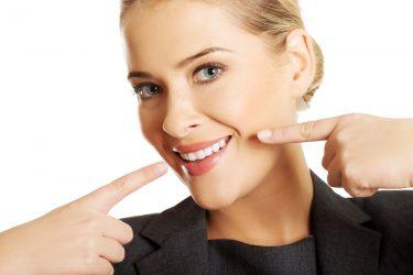 白い歯になるための具体的な方法と気をつけるポイント