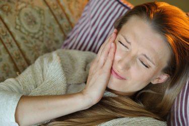 歯痛で眠れない!我慢できない痛みをやわらげる応急処置法