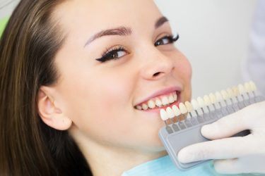 ほとんど歯を削らない!前歯に最適な接着ブリッジを徹底解説