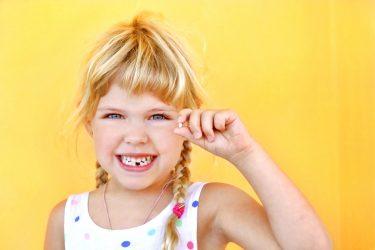 子供の乳歯がなかなか抜けない時の対処法と生え変わり時期