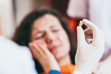 奥歯を抜歯する時と抜歯した後の痛みの原因と軽くする方法