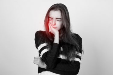 放置すると怖い!歯の根の病気、根尖性歯周炎の症状と治療法